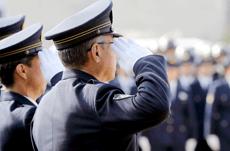 市民の生活を守る…警察官の平均年収は?